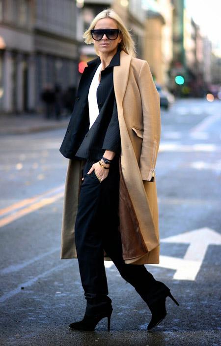 Девушка в костюме и коротком пальто