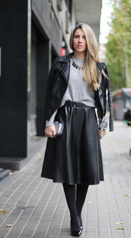 Девушка в косухе и кожаной черной юбке