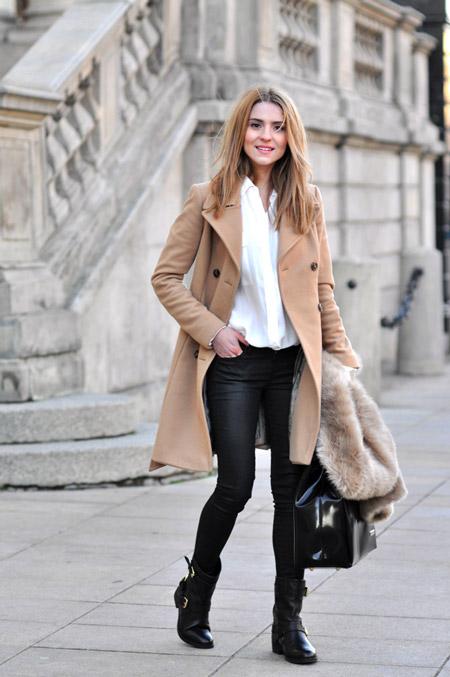 Девушка в кожаных брюках и коротком бежевом пальто