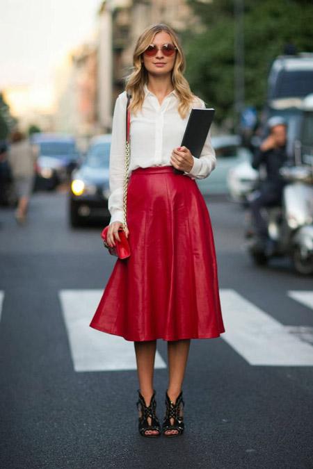 Девушка в красной юбке и белой блузке
