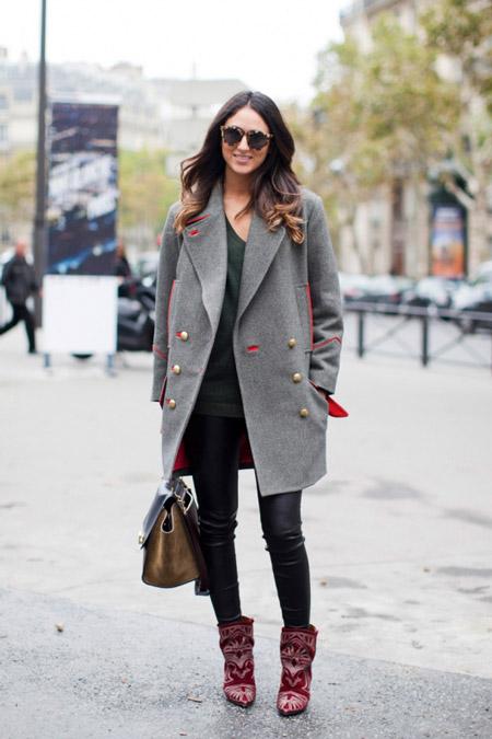 Девушка в красных сапогах и сером пальто