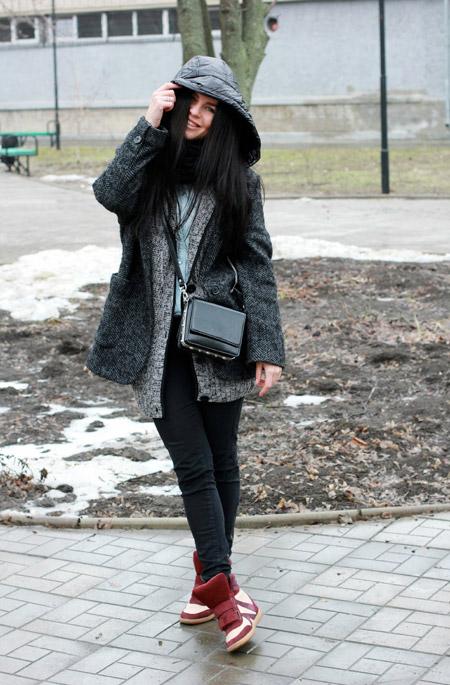 Девушка в кроссовках и пальто