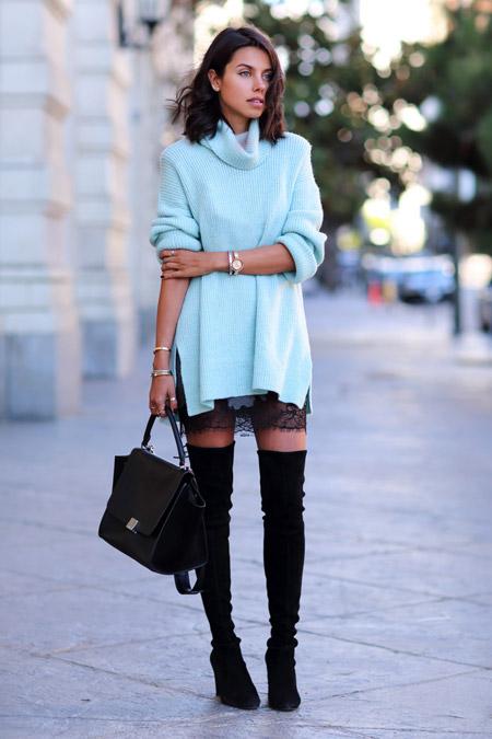 Девушка в кружевной юбке и высоких сапогах
