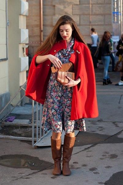 Девушка в легком платье и красном пальто