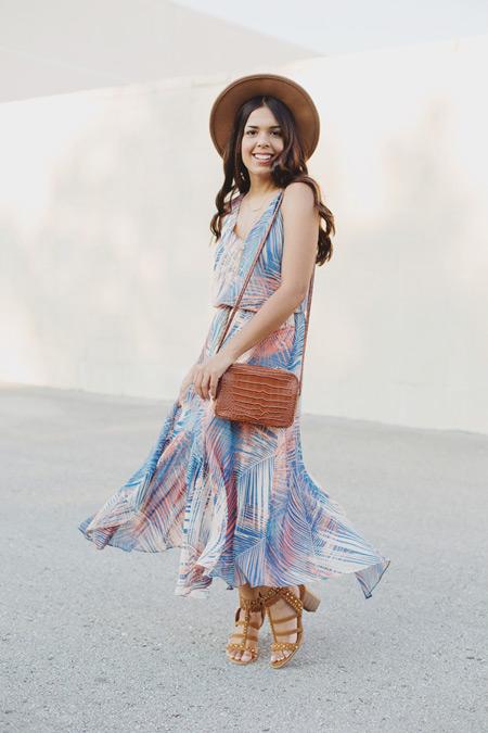 Девушка в легком сарафане с тропическим принтом
