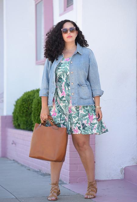 Девушка в мини платье с тропическим принтом, джинсовой рубашке и сандалиях