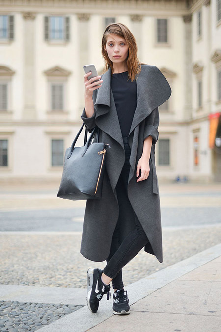 Девушка в необычном длинном пальто