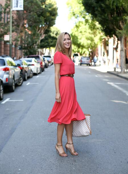 Девушка в нежном платье, босоножках и с клетчатой сумкой тоут