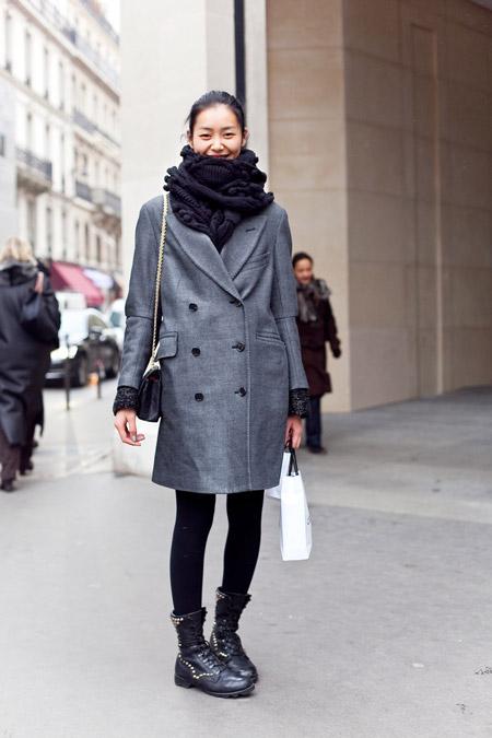 Девушка в объемном черном шарфе