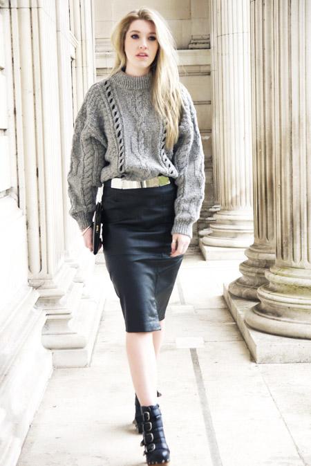 Девушка в объемном свитере и кожаной юбке