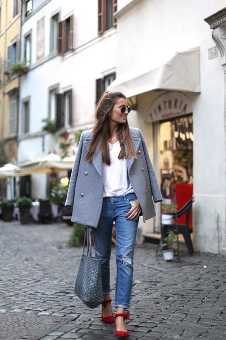Девушка в пальто, красных туфлях и с серой сумкой тоут