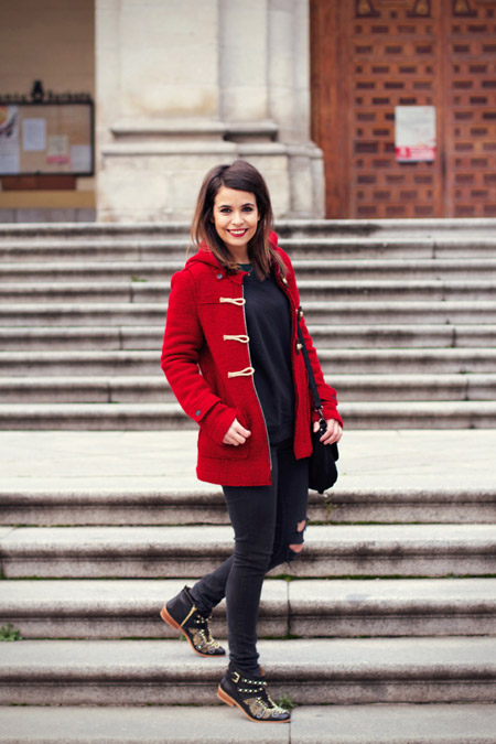 Девушка в пальто с навесными петлями