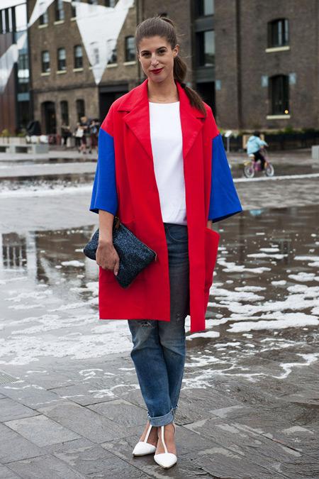 Девушка в пальто с синими рукавами