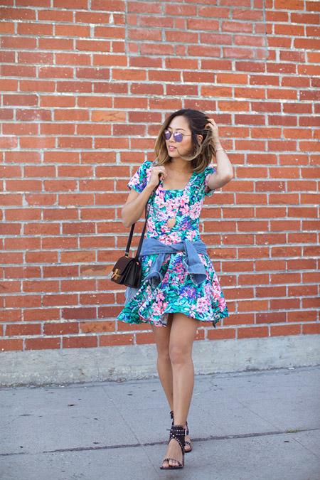 Девушка в пестром платье с клешеной юбкой