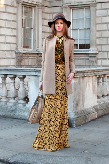 Девушка в платье макси и коротком бежевом пальто