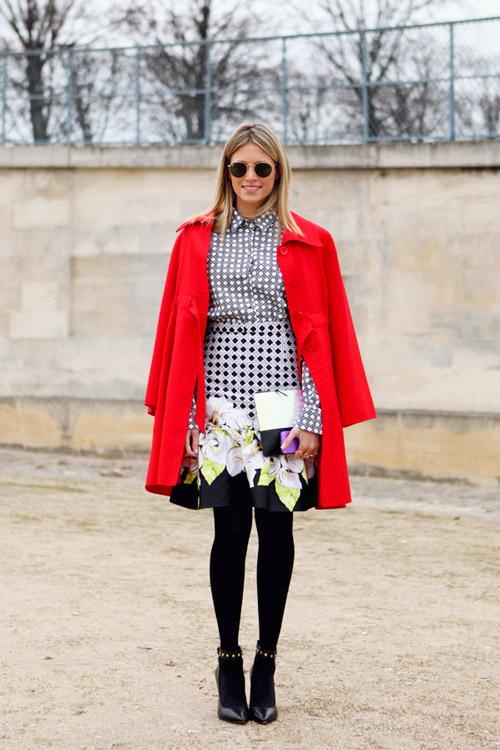 Девушка в платье с принтом и красном пальто