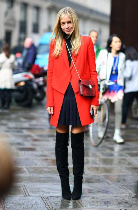 Девушка в плиссированной юбке и красном пальто