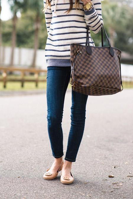 Девушка в полосатом джемпере, балетках и клетчатой сумкой тоут