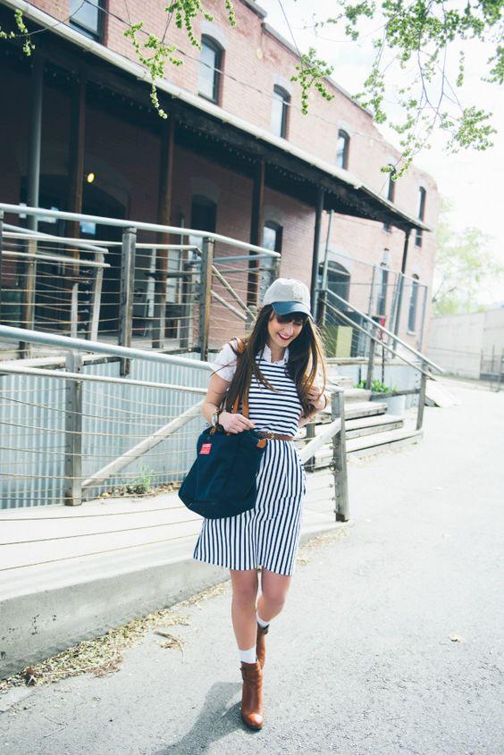 Девушка в полосатом платье, кепка и синяя сумка тоут