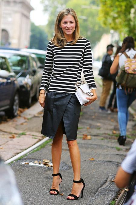 Девушка в полосатой кофте и черной кожаной юбке