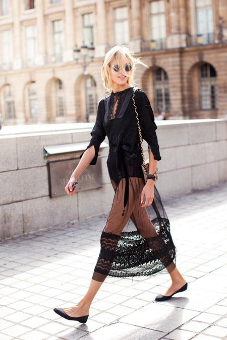 Девушка в полупрозрачном черном платье