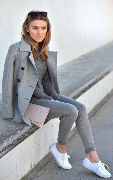 Девушка в простом светло-сером пальто