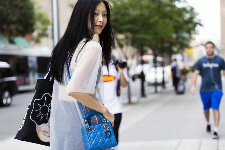 Девушка в прозрачной рубашке, черная сумка тоут