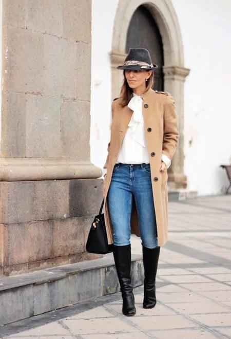 Девушка в сапогах и пальто
