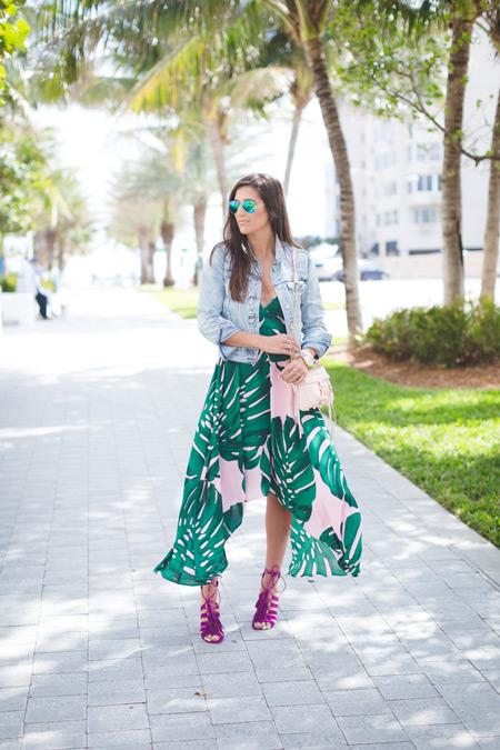Девушка в сарафане с зеленым тропическим принтом и джинсовке