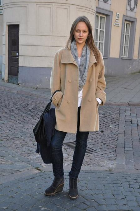 Девушка в сером шарфе и бежевом пальто