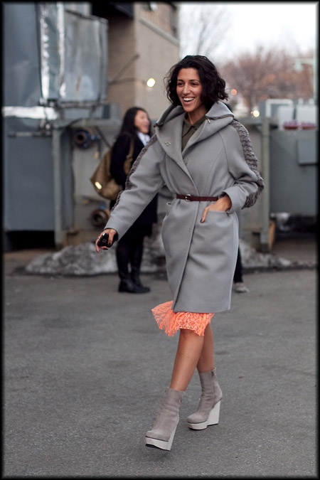 Девушка в серых ботильонах и пальто