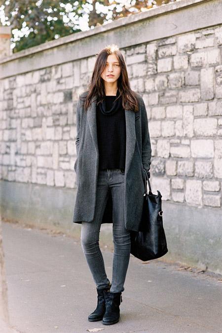 Девушка в серых джинсах и сером пальто