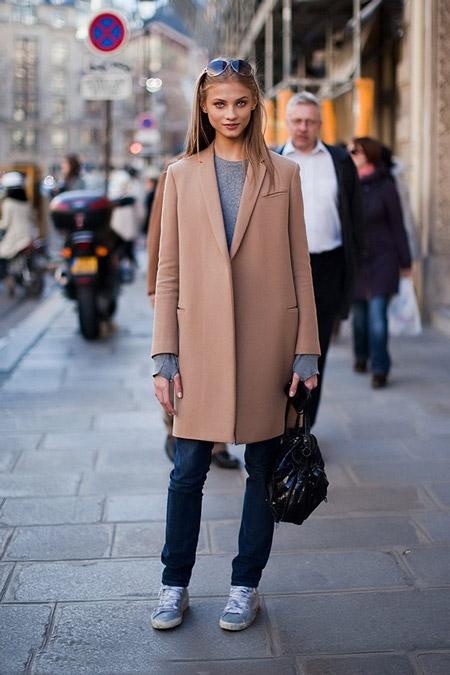 Девушка в серых кедах и пальто