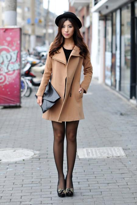 Девушка в шляпке и коротком бежевом пальто