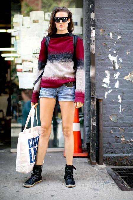 Девушка в шортах, разноцветный джемпер, белая сумка тоут