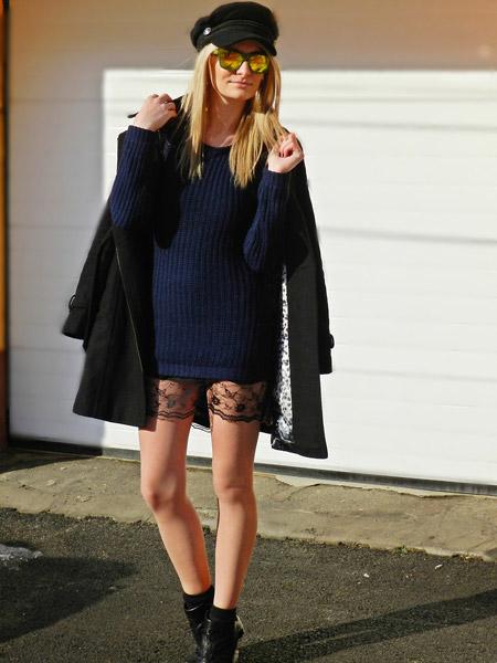 Девушка в синем свитере и юбке с кружевом