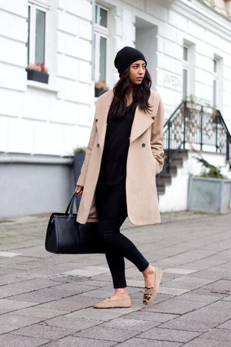 Девушка в слипонах и бежевом пальто