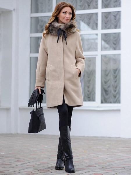 Девушка в свелом бежевом пальто