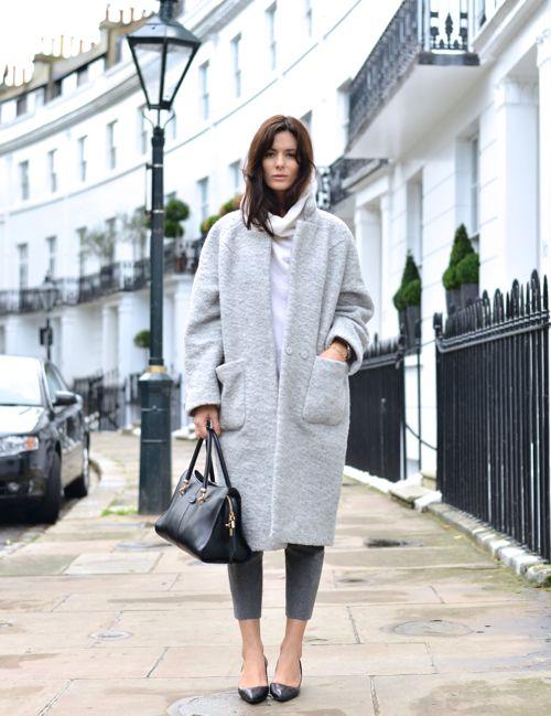 Девушка в светло-сером пальто