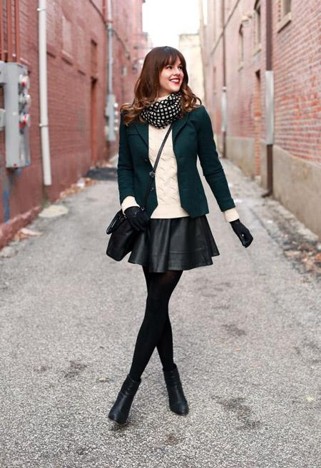 Девушка в светлом джемпере и кожаной юбке