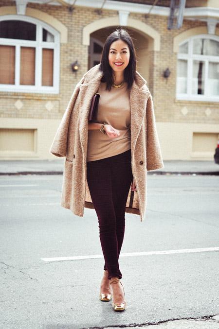 Девушка в светлом коротком бежевом пальто