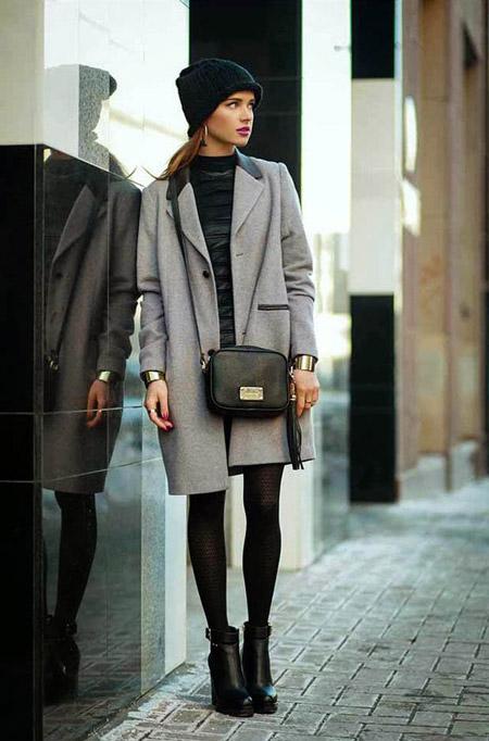Девушка в светлом пальто до колен