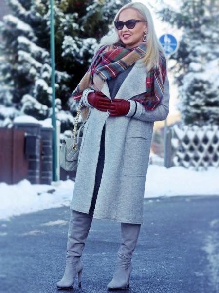 Девушка в светлом пальто и шарфе