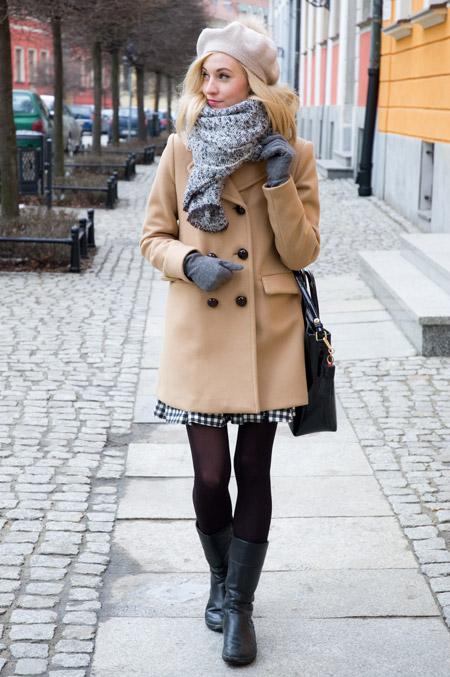 Девушка в светлом сером шарфе