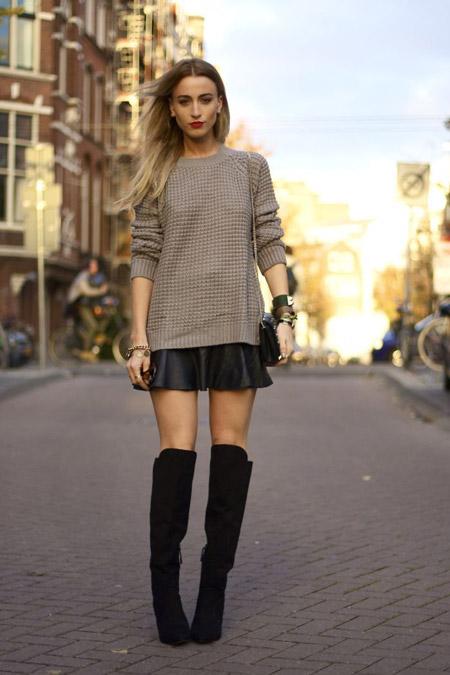 Девушка в светлом свитере и кожаной юбке