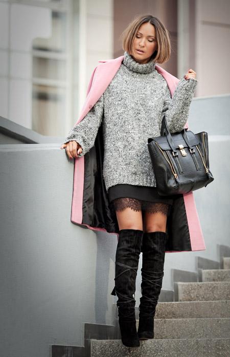Девушка в свитере и юбке с кружевом