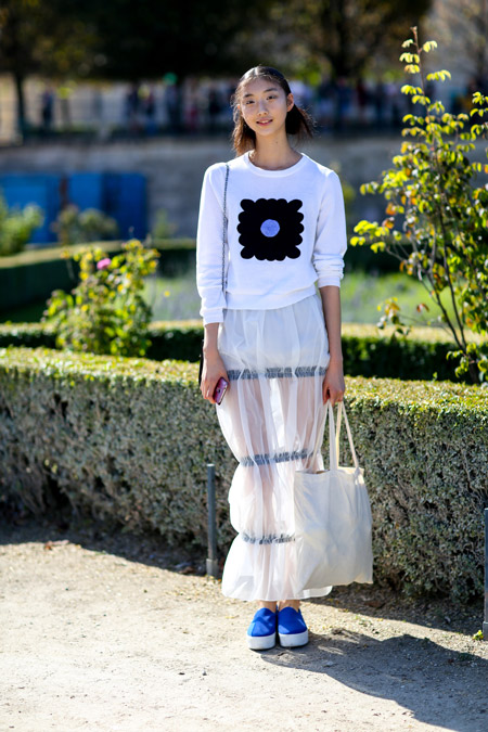 Девушка в свитшоте, полупрозрачная юбка и сумка тоут
