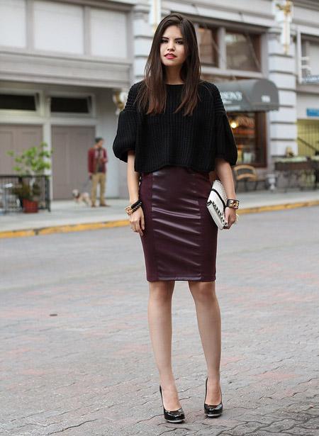 Девушка в темно-коричневой юбке-карандаш