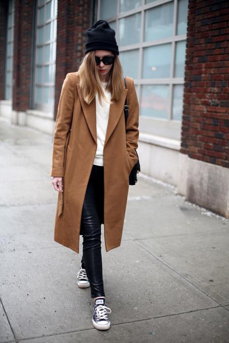 Девушка в темном пальто и кедах