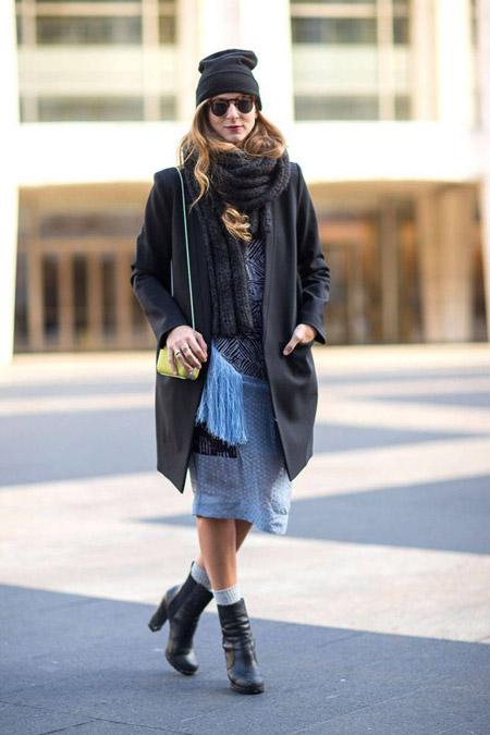 Девушка в темном пальто и шапке